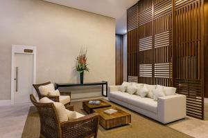 A seating area at Vogue Square Fashion Hotel by Lenny Niemeyer