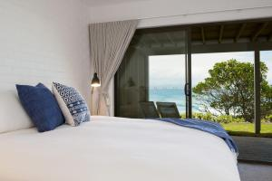 A bed or beds in a room at 2/37 Marine Pde, Wategos Beach - Jane's on Wategos