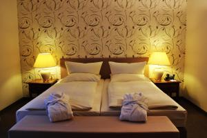 A bed or beds in a room at Hotel Ratswaage