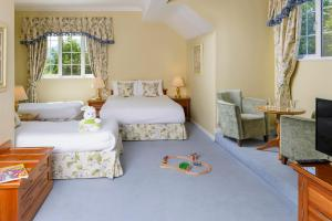 A bed or beds in a room at Old Weir Lodge