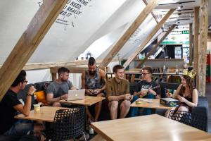 Un restaurante o sitio para comer en Safestay Warsaw