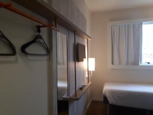 A bed or beds in a room at Ibis Budget Barbacena