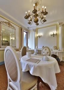 Um restaurante ou outro lugar para comer em Hotel Arlecchino