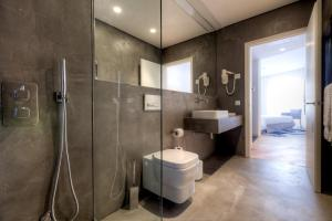 A bathroom at InPatio Guest House