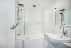 A bathroom at The Rocks Resort, Unit 1E