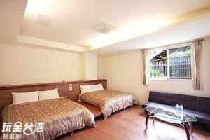 A bed or beds in a room at Shang Ti Sitou B&B
