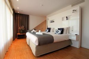 Een bed of bedden in een kamer bij The Bank Hotel