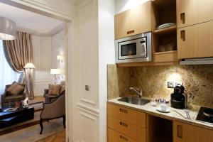A kitchen or kitchenette at Majestic Hotel Spa - Champs Elysées