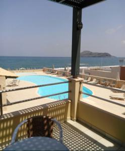 Θέα της πισίνας από το Lissos Beach ή από εκεί κοντά