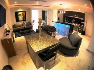 The lounge or bar area at Departamento Zona Romantica