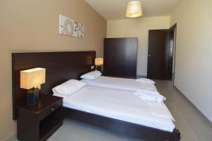 Un pat sau paturi într-o cameră la Ialysos City Hotel