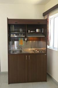 O bucătărie sau chicinetă la Ialysos City Hotel