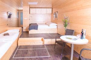 Postel nebo postele na pokoji v ubytování Hausboaty Ypsilon Golf Liberec