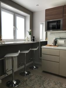 Кухня или мини-кухня в Апартаменты на Менделеева