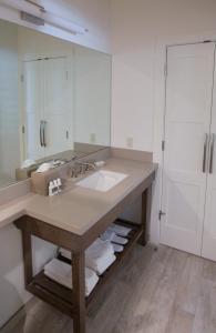 A bathroom at SENZA Hotel