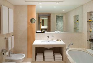 A bathroom at Hyatt Regency Dubai - Corniche