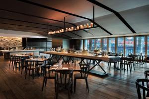 Hyatt Regency Sydney tesisinde bir restoran veya yemek mekanı