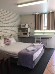A kitchen or kitchenette at Paradise Motel