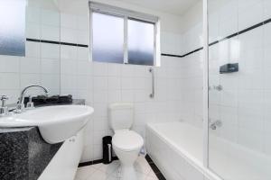 A bathroom at Brunswick Vibe - StayCentral