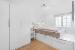 A bed or beds in a room at Øyjorden Apartment