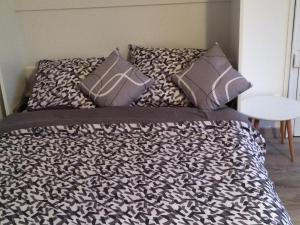 A bed or beds in a room at Safari chic