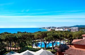 Uitzicht op het zwembad bij Aparthotel Ciutat de Palol of in de buurt