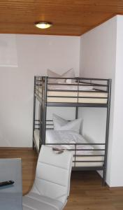 Ein Etagenbett oder Etagenbetten in einem Zimmer der Unterkunft Hotel Adler Treuchtlingen