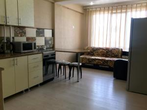 Кухня или мини-кухня в Apartment on Volzhskaya 34
