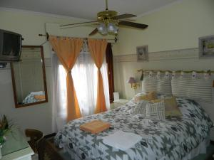 A bed or beds in a room at Casa De Amigos