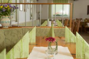 Ein Restaurant oder anderes Speiselokal in der Unterkunft Landgasthof Zum Stern