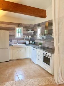 A kitchen or kitchenette at Mas la Pinede