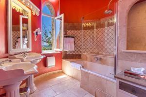 A bathroom at Hostellerie du Château des Fines Roches