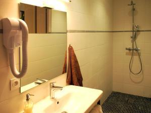 Salle de bains dans l'établissement Le MOULIN des CHARTREUX - 1733