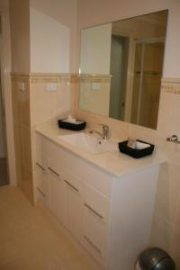 A bathroom at Breakaway Apartments