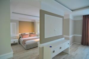 A bed or beds in a room at Te Stela Resort