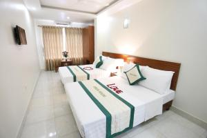 Giường trong phòng chung tại HaNoi Hotel