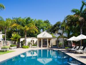 Het zwembad bij of vlak bij Ibis House