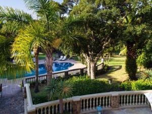 Uitzicht op het zwembad bij Ibis House of in de buurt