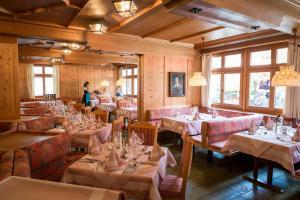 Ein Restaurant oder anderes Speiselokal in der Unterkunft Posthotel Rössle