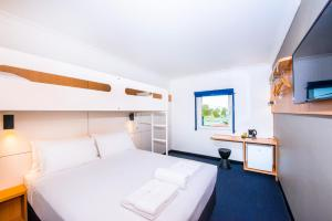 A bunk bed or bunk beds in a room at ibis Budget - Casula Liverpool