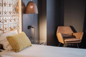 A bed or beds in a room at Hotel Brouwerij Het Anker