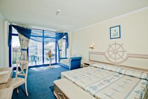 Een bed of bedden in een kamer bij Chaika Beach Resort