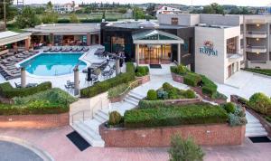Widok na basen w obiekcie Royal Hotel Thessaloniki lub jego pobliżu