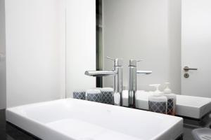 A bathroom at Lazareto Apartment by HR Madeira
