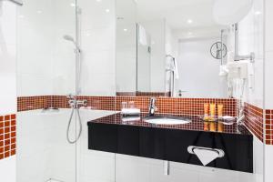 A bathroom at Vienna House Easy Katowice