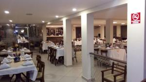A restaurant or other place to eat at Serra Golfe Hotel