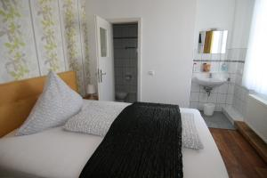 Ein Bett oder Betten in einem Zimmer der Unterkunft Hotel Lindenhof