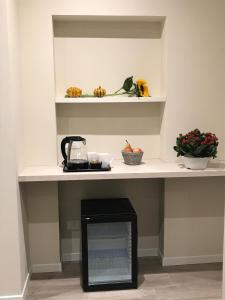 A kitchen or kitchenette at Honey Rooms Ferrara