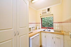A kitchen or kitchenette at Lorne Coachman Inn