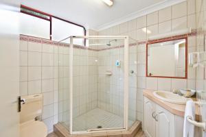 A bathroom at Lorne Coachman Inn